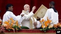 """Papa Francis akitoa salamu zake za baraka za Pasaka maarufu kama """"Urbi et Orbi"""" (""""kwa jiji la Vatican na dunia"""") katika uwanja wa St. Peter's Square, Vatican, Aprili 21, 2019."""