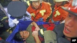 图为9月27日上海地铁发生追尾事故发生之后,救援人员正在救出伤者