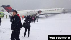 La foto de Andy López, via Instagram, muestra la forma en que quedó el avión que se salió de la pista en el aeropuerto LaGuardia.