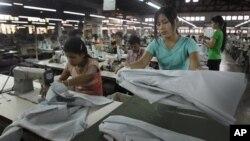 緬甸年輕工人在仰光的一家紡織廠工作。