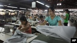 Para pekerja di pabrik garmen di Yangon, Myanmar.