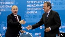 Володимир Путін і Ґергард Шредер. Петербург, 21 червня 2012 року (ілюстраційне фото)