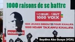 Une pancarte avec le message des jeunes : « 1000 de se battre » lors de la campagne pour les législatives à Dakar, Sénégal, 13 juillet 2017. (VOA/Seydina Aba Gueye)
