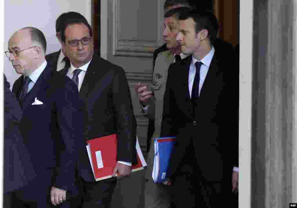 法國總統奧朗德(左二)和內閣官員舉行國防緊急會議。