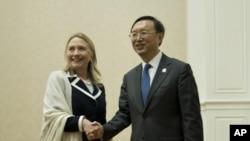 아세안 지역안보포럼에 참석한 힐러리 클린턴 미 국무장관(왼쪽)과 양제츠 중국 외교부장.