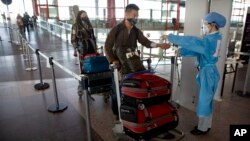 2020年3月28日《華爾街日報》記者抵達北京國際機場時接受體溫檢測。