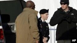 Bradley Manning (tengah) saat didampingi menuju pengadilan di Fort Meade, Maryland. (AP/Patrick Semansky)
