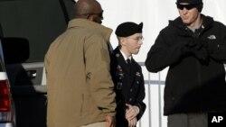 Bradley Manning es conducido esposado a la corte donde se efectuó la audiencia en Fort Meade, Maryland.