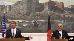 12일 아프가니스탄을 방문한 애슈턴 카터 미 국방장관(왼쪽)이 아슈라프 가니 아프간 대통령과 회담 후 공동 기자회견을 가졌다.