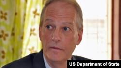 Embaixador americnao Christopher McMullen