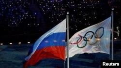 Bendera Rusia berkibar disamping bendera Olimpiade dalam pesta penutupan Olimpiade Musim Dingin di Sochi, Rusia, 23 Februari 2014.