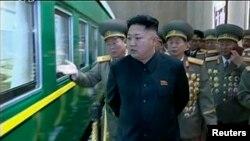 El líder norcoreano Kim Jong Un visitó la base militar localizada en la ciudad de Nampo durante la noche buena.