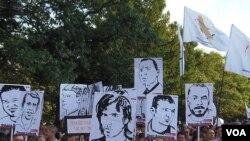 7月26日莫斯科反政府示威中,群众手举被捕反对派人士画像,要求释放政治犯(美国之音白桦)