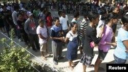 Warga Timor Leste antri dengan tertib untuk memberikan suara dalam pemilu parlemen di sebuah TPS Dili (7/7).
