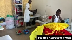 Lassana dans son atelier de couture, à Dakar, le 27 août 2017. (VOA/Seydina Aba Gueye)