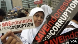 Seorang murid SMA membawa stiker bertuliskan slogan-slogan anti-korupsi (foto: dok).