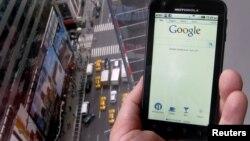 Google adquirió en mayo por $12.500 millones de dólares Motorola Mobility, convirtiéndose en competencia de Apple en materia de dispositivos.