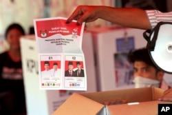 Para petugas pemilu melakukan perhitungan suara Pilpres di salah satu TPS di Jakarta (foto: ilustrasi).