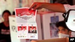 Para petugas pemilu melakukan perhitungan suara Pilpres di salah satu TPS di Jakarta, Rabu sore (17/4).