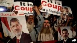 28일 무함마드 무르시 이집트 전 대통령의 지지자들이 카이로 나자르시티에서 시위를 하고 있다.