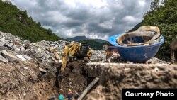 Mašine kopaju kanale za cjevovode prema rijeci Doljanki (Foto: CIN)