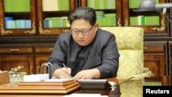 김정은 북한 국무위원장이 대륙간탄도미사일(ICBM) '화성-15형' 발사 단행에 대해 친필명령했다고 조선중앙통신이 29일 보도했다.
