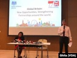 Duta Besar Inggris untuk Indonesia dan Timor Leste Owen Jenkins (kanan) dalam konferensi pers Inggris resmi keluar dari Uni Eropa, di kantor Kedubes Inggris, Jakarta, Jumat, 31 Januari 2020. (Foto: VOA/Ghita)