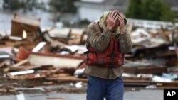 Brian Hajeski, 41 tahun, warga Brick, New Jersey bereaksi melihat rumahnya yang porak poranda dihantam badai Sandy (30/10).