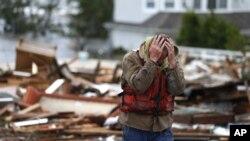 10月30日,飓风过后的早晨,41岁的新泽西州布里克镇居民布赖恩.哈杰斯基看到一所住宅废墟被冲到桥上后难以置信,不忍再睹。