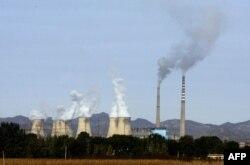 کارخانوں سے بڑے پیمانے پر کاربن گیسوں کا مسلسل اخراج کرہ ارض کا قدرتی توازن بگاڑنے کا ایک اہم سبب بن رہا ہے۔