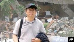 美国之音中文部驻北京记者张楠采访汶川地震灾