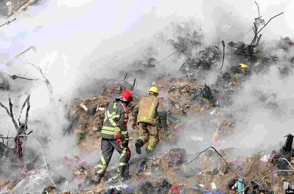 آواربرداری ساختمان پلاسکوی تهران همچنان ادامه دارد. در روز پنجم پنج جنازه دیگر بیرون آورده شد و گفته شده افراد غیر آتش نشان بوده اند.