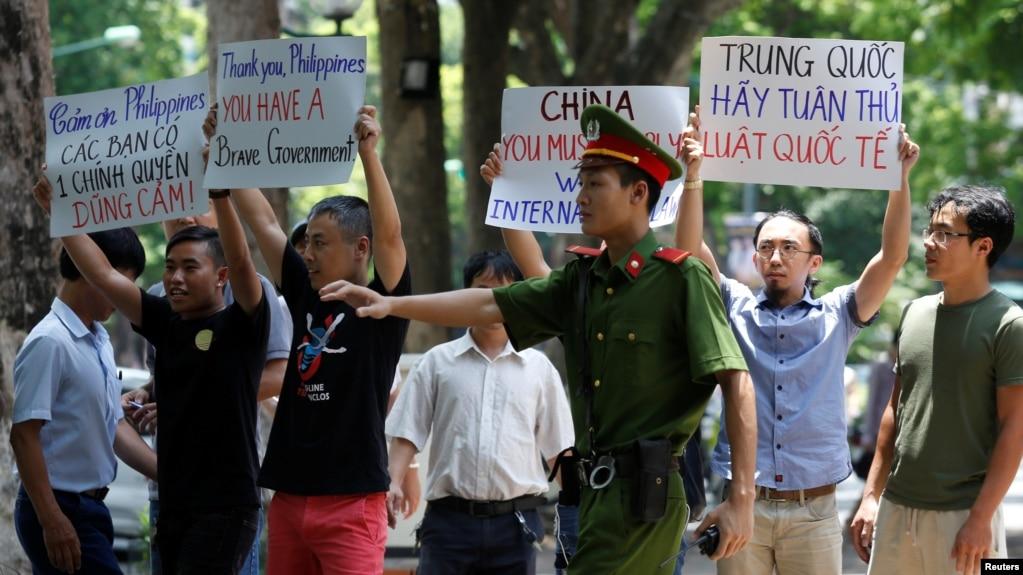越南抗議者2016年7月17日在河內示威,支持南中國海仲裁案的判決