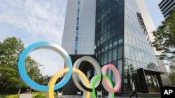 矗立在東京街頭的奧運會徽標。(2021年6月7日)
