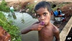 Sejumlah warga di Kantale, timur laut Kolombo, melakukan kegiatan sehari-harinya menggunakan sumber air dekat tempat tinggal mereka (foto:dok) . Air bersih merupakan masalah bagi banyak penduduk Sri Lanka.