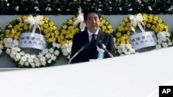 Thủ tướng Nhật Bản Shinzo Abe đọc diễn văn trong buổi lễ kỷ niệm 70 năm vụ thả bom nguyên tử tại Công viên tưởng niệm hòa bình Hiroshima ở Hiroshima, ngày 6/8/2015.