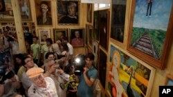Plus d'une centaine de tableaux, dont des oeuvres de Pablo Picasso et Marc Chagall, et des photos faites par le poète Were sont exposées dans le musée à Peredelkino en dehors de Moscou, le 17 Juillet 2010