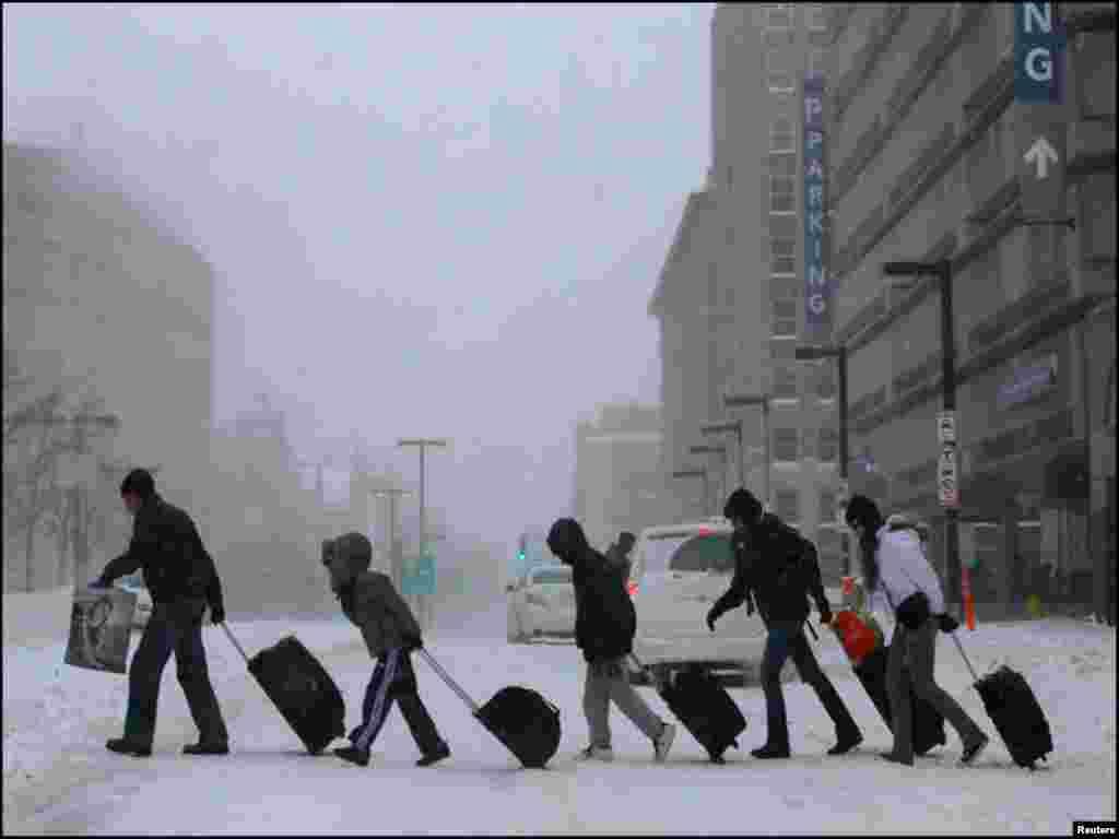 موسم کی خرابی کے باعث سینکڑوں پروازیں منسوخ ہو گئیں جبکہ بہت سے سکولوں اور اداروں کو بھی بند کرنا پڑا۔