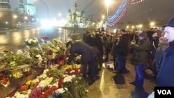 涅姆佐夫遇害后,莫斯科市民纷纷前往出事地点悼念。(美国之音白桦拍摄)