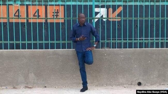Adama Souleymane Sagna supervise l'atelier des joueurs du Casa-Sport, à Dakar, le 13 juin 2017. (VOA/Seydina Aba Gueye)