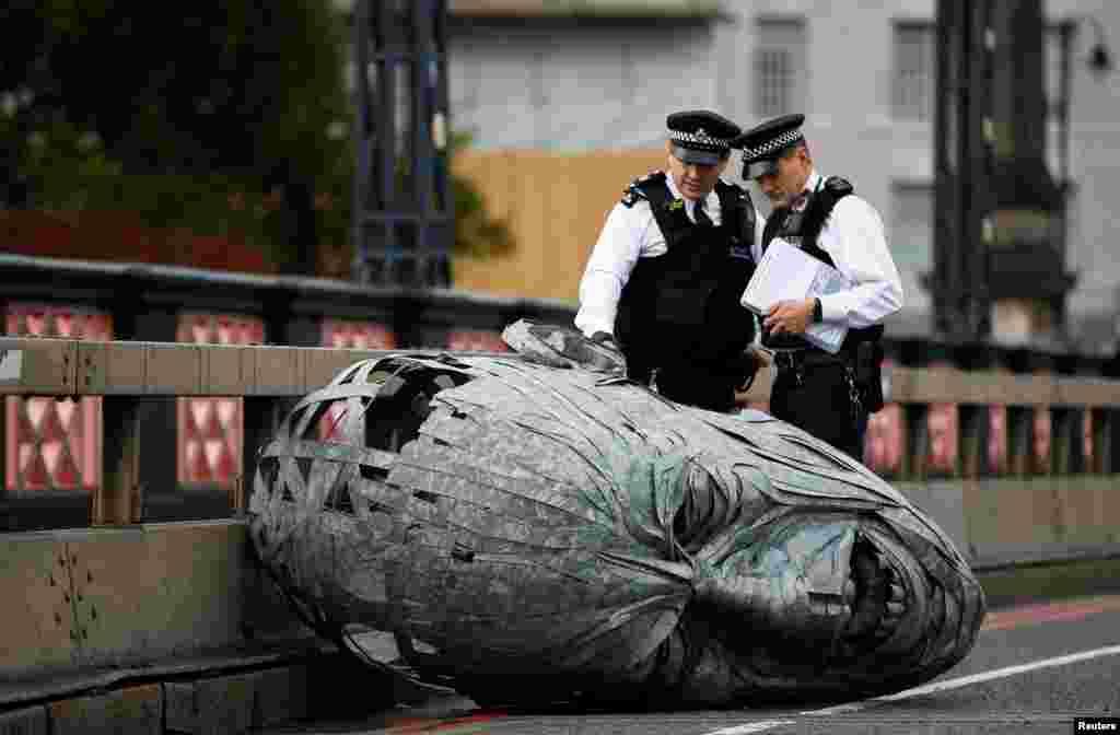 لندن پولیس نے مظاہرین کو خبردار کیا تھا کہ قانون ہاتھ میں لینے والوں کو گرفتار کر لیا جائے گا۔ لیکن اس کے باوجود سیکڑوں مظاہرین نے احتجاج کیا