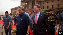 印度国防部长马诺哈•帕里卡尔(左)在新德里迎接到访的美国国防部长卡特。(2015年6月3日)