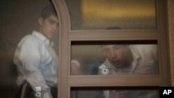Dual pemuda Israel mengamati lubang peluru akibat serangan di sinagog Yerusalem (18/11).