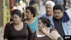 Người Latinos ở thành phố Los Angeles, bang California, nơi nhiều cửa hàng phục vụ công đồng dân cư nói tiếng Tây Ban Nha