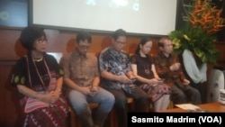 Peneliti senior Lembaga Biologi Molekuler Eijkman, David H Muljono (kanan); Ketua Asosiasi Jurnalis Bencana dan Krisis Indonesia Ahmad Arif (kedua dari kiri); dan Peneliti IPB Joko Pamungkas saat berdiskusi di kantor Lembaga Biologi Molekuler Eijkman, Jak