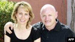 Габриэль Гиффордс с мужем Марком Келли. Апрель 2010 год