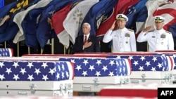 지난 8월 하와이 펄하버-히컴 합동기지에서 열린 미군 전사자 유해 봉환식에서 마이크 펜스 부통령(왼쪽)과 필 데이비슨 미 인도태평양사령부 사령관, 존 크레이츠 전쟁포로·실종자확인국(DPAA) 부국장이 유해가 담긴 관에 예우를 표했다.