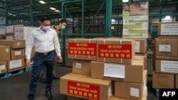 中國駐印尼大使館官員在雅加達國際機場檢查中國援助的抗疫物資。(2020年3月27日)