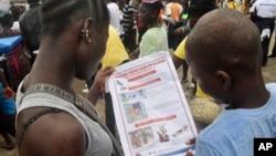 13일 라이베리아 몬로비아에서 어린이들이 에볼라 예방 안내문을 읽고 있다.