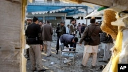Petugas keamanan Pakistan memeriksa lokasi serangan bom bunuh diri di Mardan, Pakistan, 29 Desember 2015.